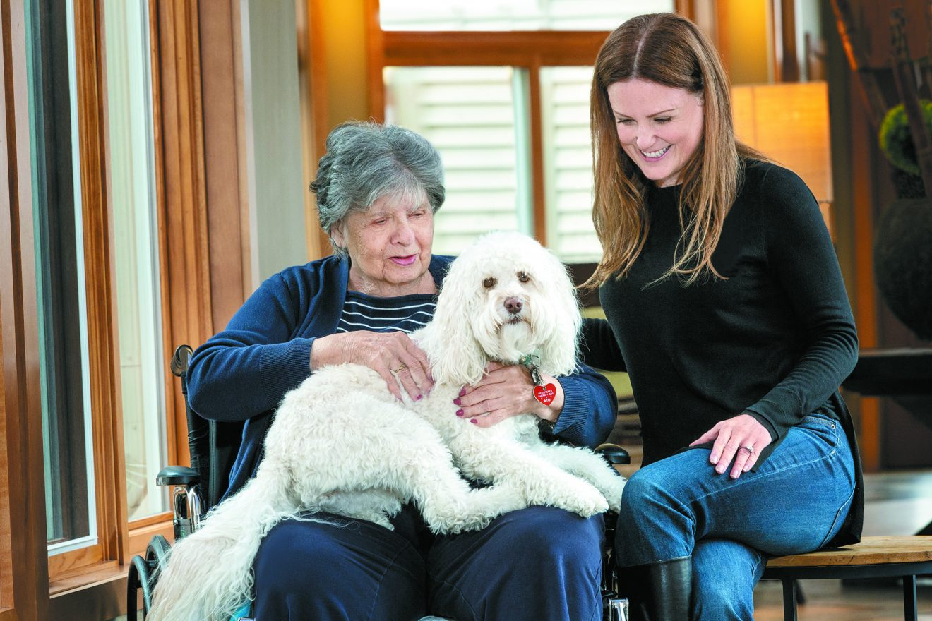 JHCN pet visit specialist Rosalind Zukowski and her 3-year-old mini labradoodle, Frannie, visit Hilda Bloom