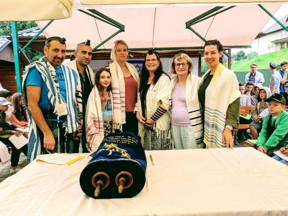 Saralee Shrell-Fox, Rabbi Reuven Stamov and Gila Katz with the 1st-Time Torah Readers
