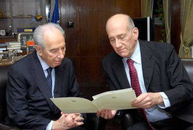 Ehud Olmert handing in his resignation to President Shimon Peres on September 21, 2008