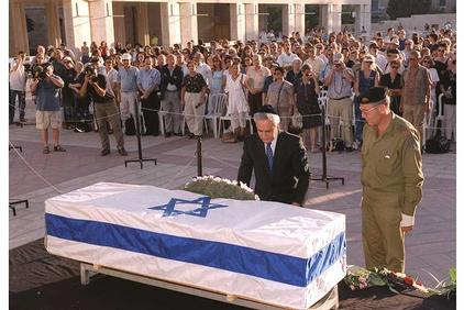 President Moshe Katsav laying a wreath on Amichai's casket in Jerusalem on September 24, 2000