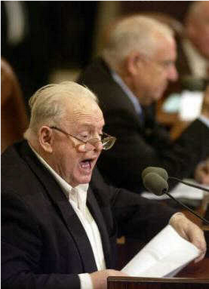 Tommy Lapid expresses opposition to the proposed government budget during a Knesset debate Dec. 1, 2004.