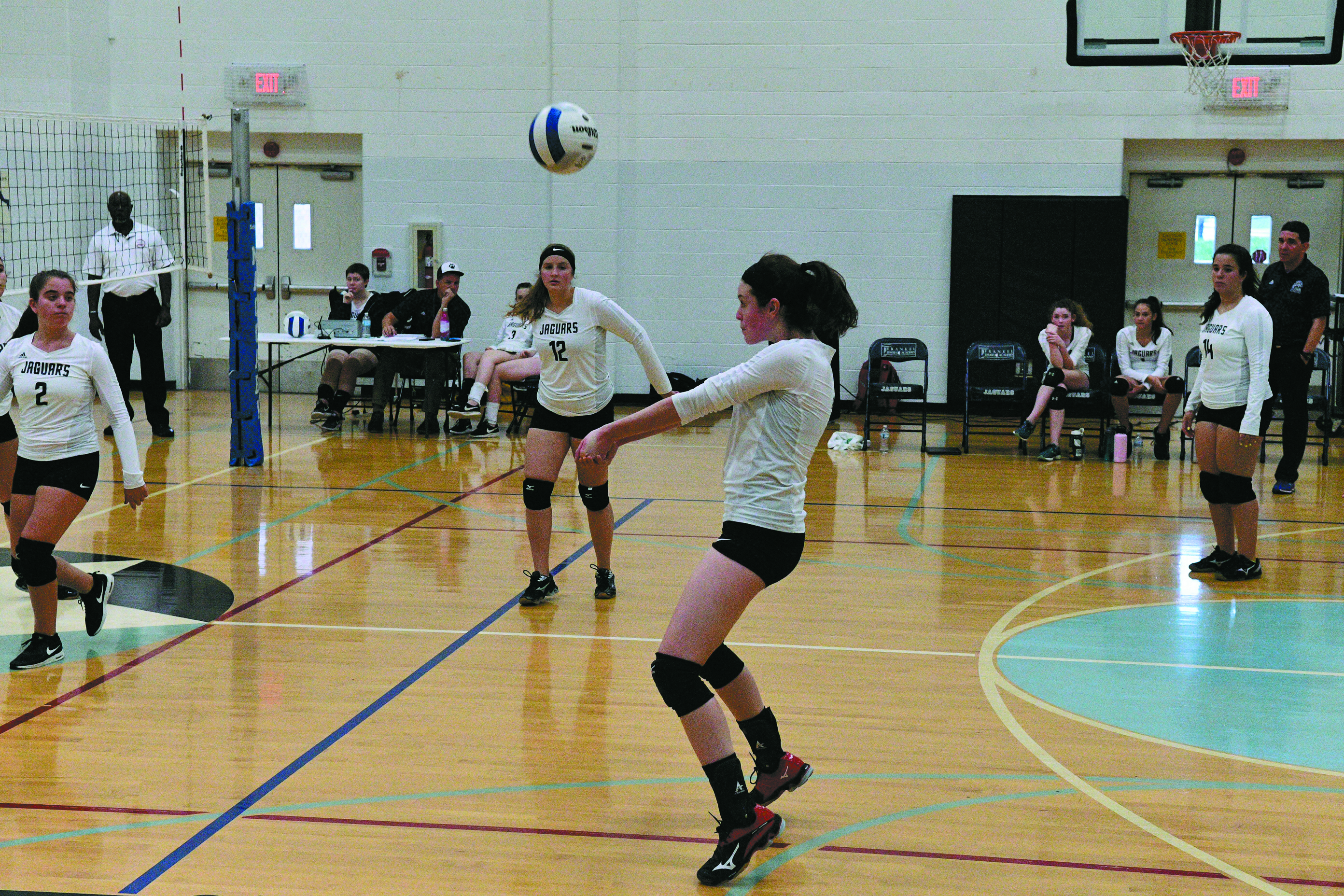 FJA's Aviva Lupovitch passes the ball to a teammate.