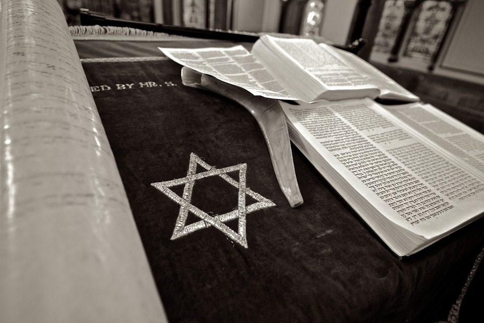 star of David next to Hebrew texts in a synagogue showing Jewish living and Jewish life