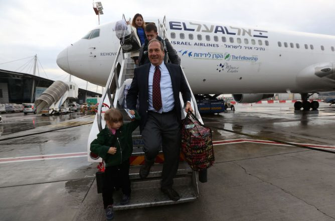 Rabbi Yechiel Eckstein arriving in Israel with the first group of immigrants brought by the International Fellowship of Christians and Jews, Dec. 22, 2014. (International Fellowship of Christians and Jews)