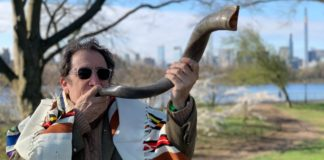 Nigel_Savage_shofar-Hazon-resize-2160x1199