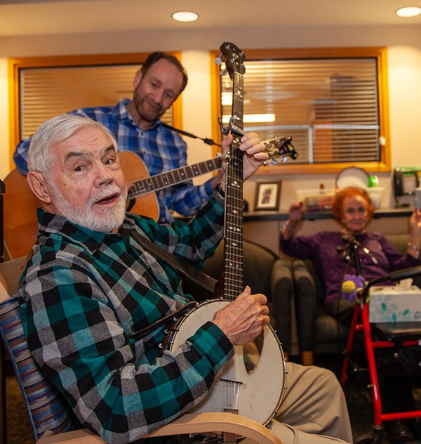 Musician Michael Krieger plays for the people at the Brown Program before the pandemic.